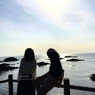 女性,10代,20代,自然,風景,海,空,屋外,ビーチ,青,散歩,海岸,景色,シルエット,人物,人,笑顔,憩い,青春,友情,友達,眺め,語り合い