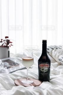 テーブルの上にワイン1本の写真・画像素材[4034392]