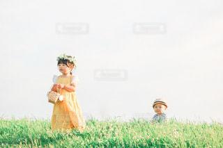 風景,空,夕方,景色,少女,草,シロツメクサ