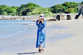 女性,自然,海,空,夏,カメラ,カメラ女子,屋外,ワンピース,ビーチ,かわいい,砂浜,帽子,海岸,女の子,麦わら帽子,人,夏空,青いワンピース