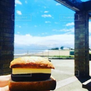 食べ物,海,空,手持ち,デザート,スコーン,人物,ポートレート,焼き菓子,ライフスタイル,手元