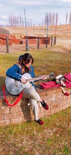 ギターと女性の写真・画像素材[3245699]