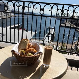 食べ物,カフェ,朝食,屋外,晴れ,デートスポット,日差し,パン,港,朝,ホテル,カフェオレ,スイートルーム,神戸,インスタ映え,海の見える庭