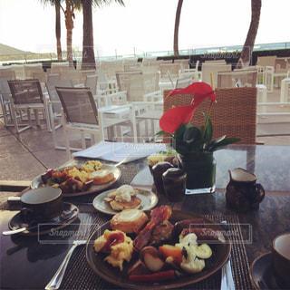 食べ物,コーヒー,パンケーキ,食事,朝食,庭,パン,テーブル,皿,食器,洋食,レストラン,卵,ハワイ,スクランブルエッグ,ソーセージ,ダイニングテーブル,テラス席,バイキング