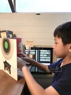 カフェ,屋内,窓,本,読書,テーブル,横顔,絵本,男の子,7歳,半袖