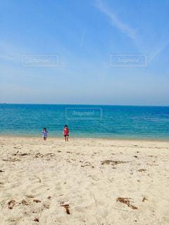 自然,風景,海,空,夏,屋外,砂,ビーチ,青空,青,砂浜,水面,海岸,子供,人物,娘,日中