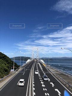 風景,海,空,夏,橋,屋外,雲,青空,青,車,道路,山,高速道路,道,旅行,日中,鳴門大橋