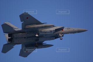 青い空を飛んでいるF15戦闘機の写真・画像素材[3259653]
