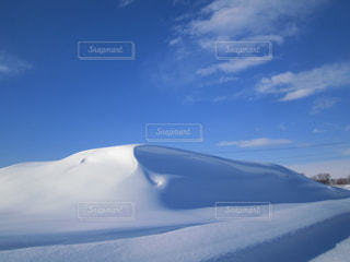 青い空と白い雪の写真・画像素材[3259756]