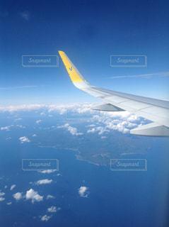 空中を高く飛ぶ飛行機の写真・画像素材[3259762]