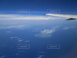 空中を高く飛ぶ飛行機の写真・画像素材[3259767]