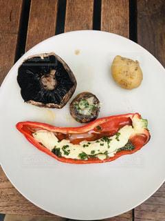 食べ物の皿をテーブルの上に置くの写真・画像素材[3202592]