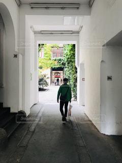 男性,ヨーロッパ,観光,ベルリン,探検,通り,路地裏,白壁