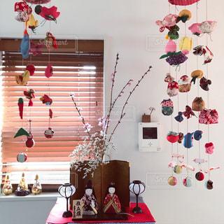 テーブルの上に家具と花瓶で満たされた部屋の写真・画像素材[3205050]