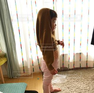 部屋に立っている人の写真・画像素材[3210027]