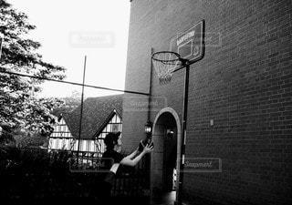 男性,スポーツ,屋外,モノクロ,バスケットボール,遊び場,黒と白
