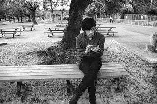 男性,風景,空,公園,イケメン,屋外,かっこいい,モノクロ,ベンチ,ピクニック,人,座る,デート,彼氏,携帯電話,おしゃれ,旦那,20代