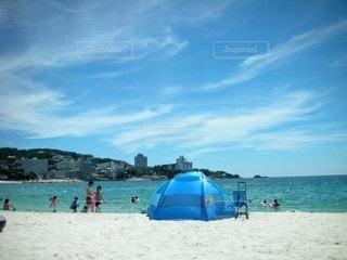 自然,海,空,夏,傘,屋外,砂,ビーチ,青,砂浜,水面,海岸,人物,日中,休暇,クラウド