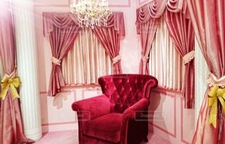 部屋の大きな赤い椅子の写真・画像素材[3220999]