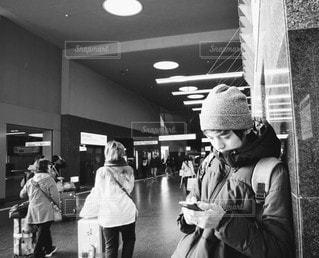 女性,男性,風景,京都,人物,人,スマートフォン,天井,彼氏,待ち合わせ,旦那,待ち合わせ場所,黒と白