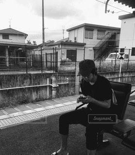 男性,風景,空,夏,屋外,電車,モノクロ,家,人,スマートフォン,夏休み,通り,彼氏,待ち合わせ,電車待ち,履物,旦那,待ち合わせ場所,黒と白