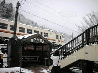 雪に覆われた列車の写真・画像素材[3249785]