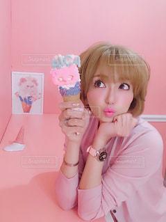 アイスクリームを持っている女の子の写真・画像素材[3210957]