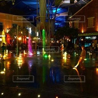 夜,屋外,水,黄色,水面,ライトアップ,シンガポール,噴水,ピンク色,緑色,子供達,クラークキー