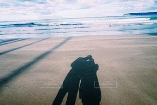 海,空,カップル,屋外,砂,ビーチ,砂浜,波,散歩,水面,海岸,影,仲良し,夫婦,ブルー,人影