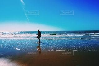 男性,海,空,夏,屋外,海外,砂,白,ビーチ,晴れ,青,砂浜,裸足,波,海辺,散歩,水面,海岸,水色,男,爽やか,人,初夏,冷たい,人影,夏日,海外の海