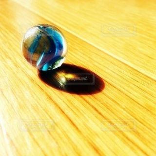 床の上のビー玉の写真・画像素材[3210915]