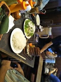 食べ物をテーブルの上で調理する人のクローズアップの写真・画像素材[3219270]