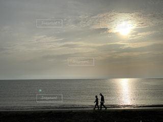 自然,海,空,屋外,太陽,ビーチ,夕暮れ,水面,海岸,人物,クラウド