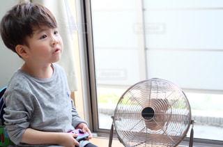 自宅でゲームをする小さな男の子の写真・画像素材[3216749]