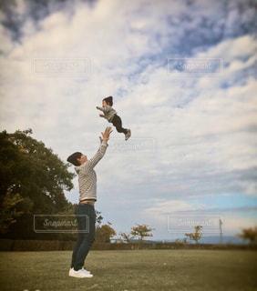 公園で遊ぶ親子の写真・画像素材[3230362]