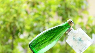 寄り添うボトルの写真・画像素材[3234270]