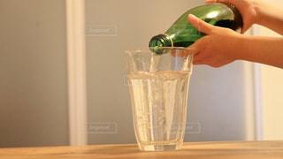 子供がグラスに水を注ぐ様子の写真・画像素材[3237424]