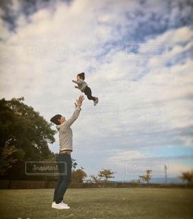 公園で遊ぶ親子の写真・画像素材[3247363]