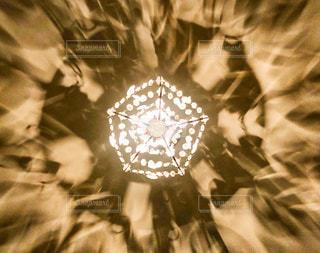 シャンデリアの放つ光【背景横】の写真・画像素材[3346718]