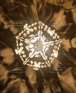 シャンデリアの光と影【背景縦】の写真・画像素材[3346721]