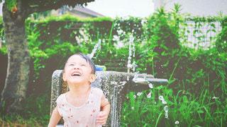 水遊びしている男の子の写真・画像素材[3538643]