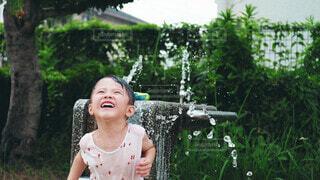 水遊びする男の子の写真・画像素材[3618383]