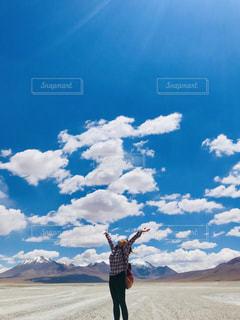 天を仰ぐ人の写真・画像素材[3212624]
