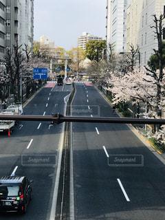 交通量の多い街の通りの写真・画像素材[3220167]