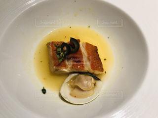皿の上に食べ物のボウルの写真・画像素材[3224253]