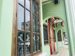 緑のドアのある建物の写真・画像素材[3225939]