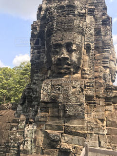 大きな岩の前にある石像の写真・画像素材[3282193]