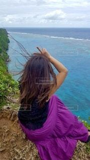 崖で景色を見る人の写真・画像素材[3874396]