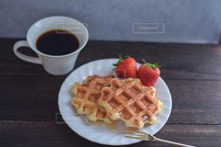 食べ物,朝食,いちご,ワッフル,おいしい,テーブルフォト,おうちカフェ,手作り,ベルギーワッフル,ワッフルメーカー,コーヒー カップ,手作りワッフル,ポップシュガー