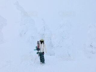 樹氷に囲まれたスノーボーダーの写真・画像素材[4143877]